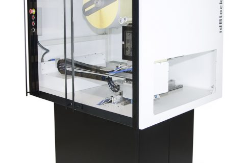 The label applicator system for two labels and one stop at high speed