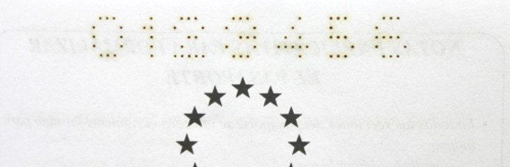 Perforación de números de codificación en pasaporte
